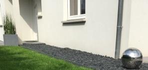 Bande de propreté maison bordure jardin paillage minéral écorce galet ardoise