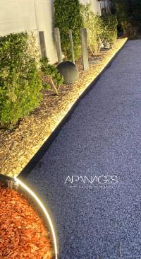 bordurage de gravier avec bordure de jardin éclairée